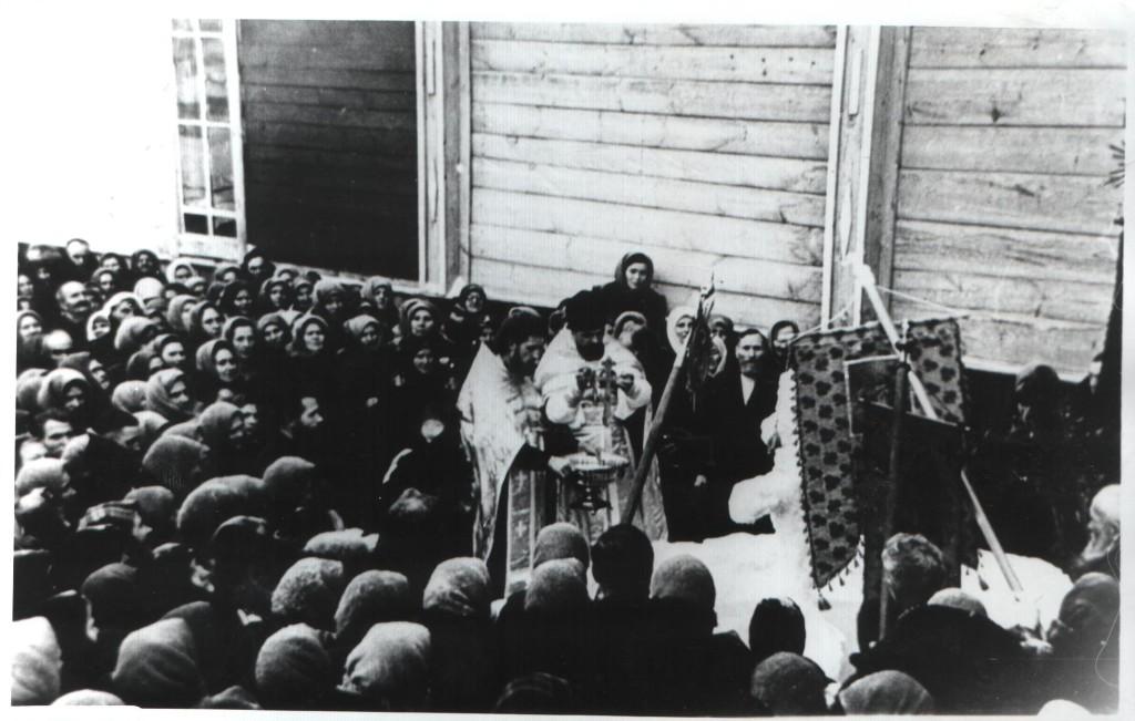 Крестный ход вокруг Свято-Троицкого храма (еще деревянной). Крещение. Отец Димитрий, слева – отец