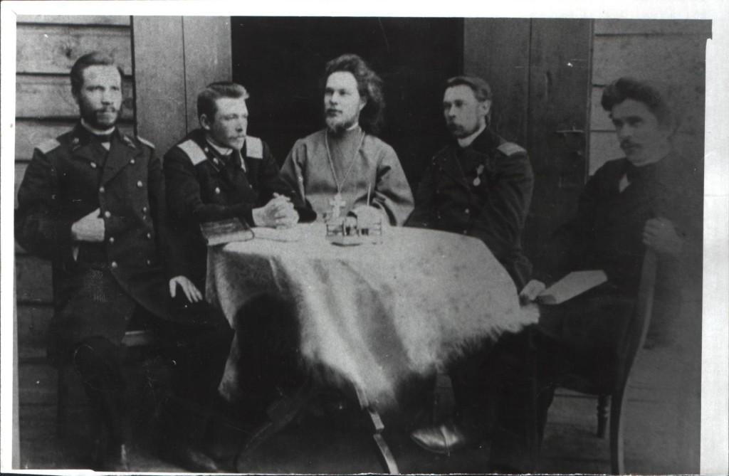 Отец Вячесеслав Евфорицкий в окружении учителей Тирлянской школы