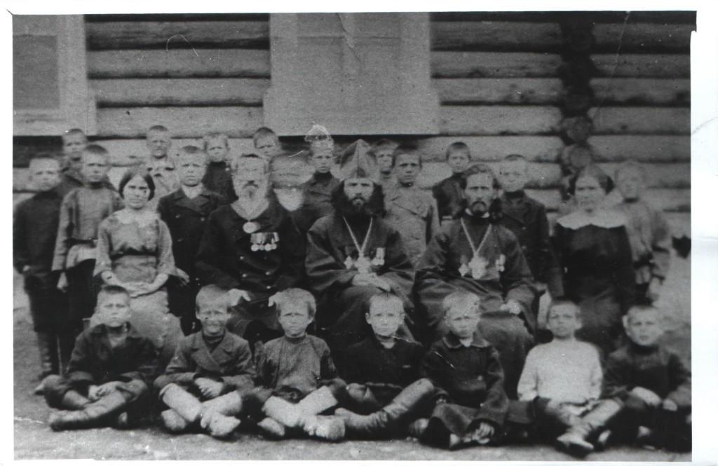 Второй справа - о. Иоанн Марсов. Служил в Каге перд арестом, некоторое время служил и в Белорецке