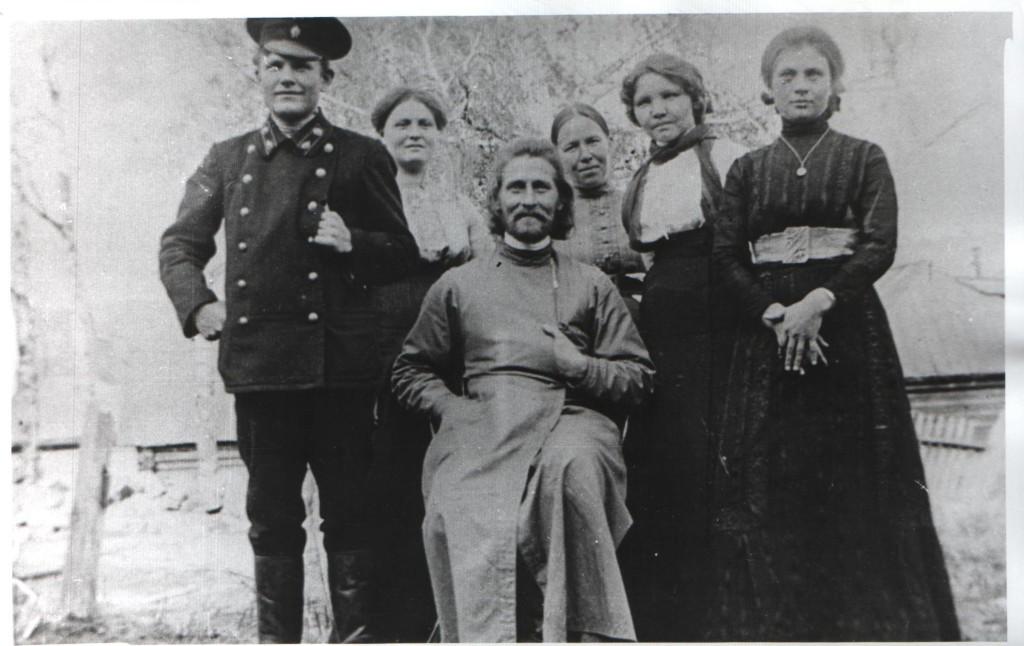 О. Иоанн Марсов, в центре. Справа от него Мария Кваснина, слева от нее - Лидия Петровна, жена отца