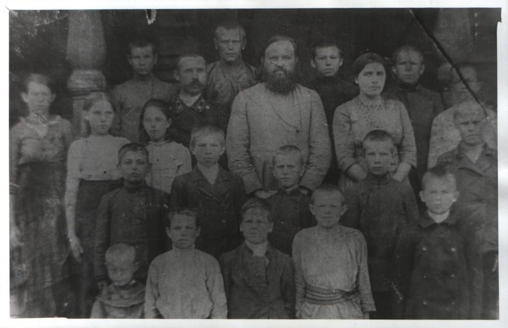 Первый выпуск 2-х классного училища (4 и 5 классы), Инзерский завод. Священник - отец Евгений Миролюбов